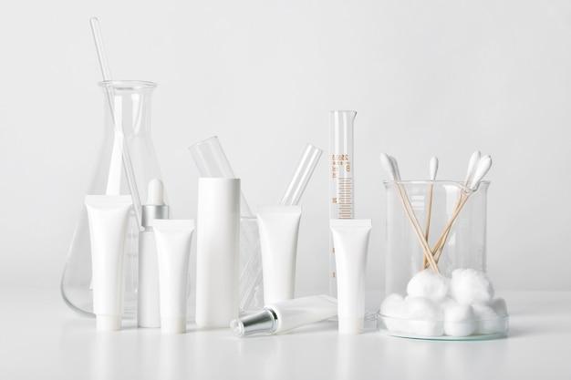 Kosmetikflaschenbehälter und wissenschaftliche glaswaren, blankopaket für das branding, pharmazeutische hautpflege durch den hautarzt, forschung und entwicklung eines schönheitsproduktkonzepts.