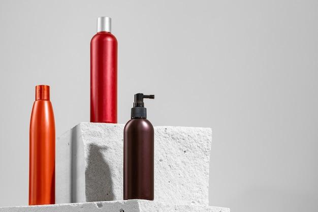 Kosmetikglas der hautpflege auf grauem betonblock nah oben