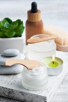 Kosmetikglas mit creme, feuchtigkeitsspendender körperlotion oder maske auf hölzernem hintergrund. natürliches bio-spa mit umweltfreundlicher verpackung