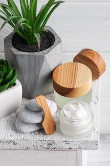 Kosmetikglas mit creme, feuchtigkeitsspendender körperlotion oder maske auf holztisch. natürliches bio-spa mit umweltfreundlicher verpackung