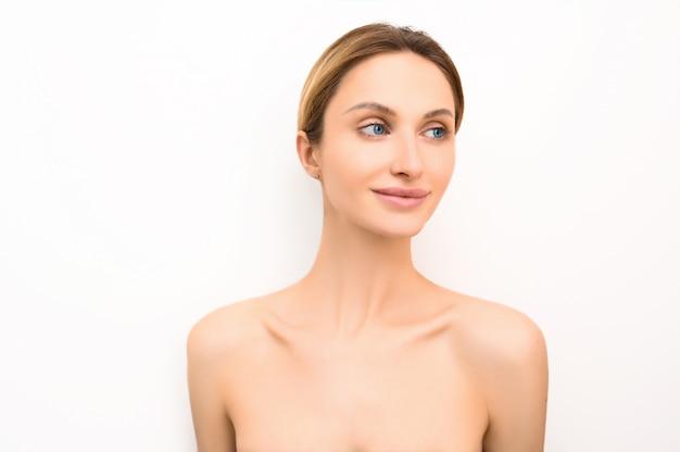 Kosmetikkonzept der gesunden hautpflege der schönheitshautfrau. weibliches gesicht porträt. vorbildliches mädchen des badekurortes mit perfekter frischer sauberer haut. jugend- und hautpflegekonzept.