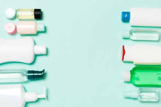Kosmetikprodukte in verschiedenen gläsern und flaschen auf pastellhintergrund