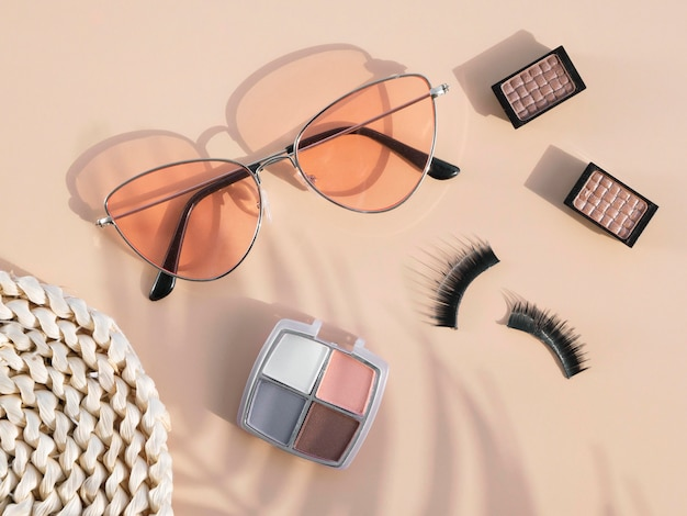 Kosmetikprodukte und sonnenbrillen