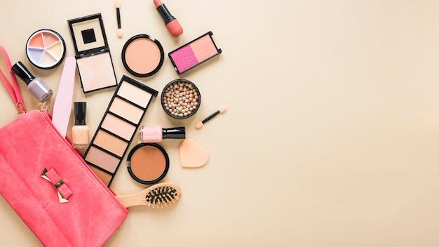Kosmetiktasche mit gesichtspudern und lidschatten auf tabelle