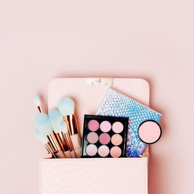Kosmetiktasche mit kosmetischen schönheitsprodukten. flache lage, ansicht von oben. beauty- und modekonzept