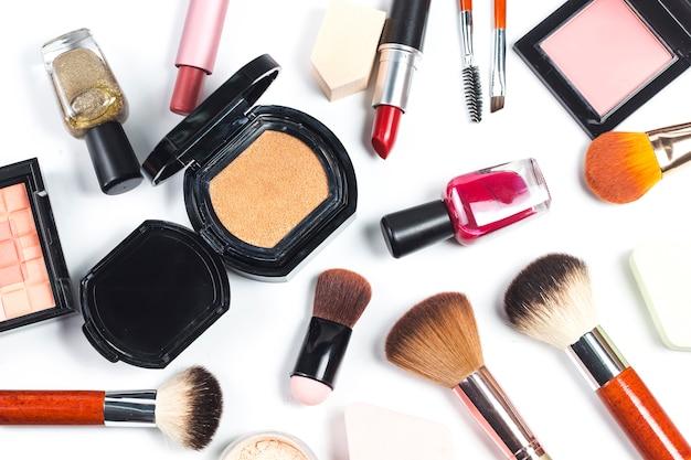 Kosmetiktasche und make-upprodukte auf farbhintergrund