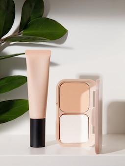Kosmetiktube und make-up-puder