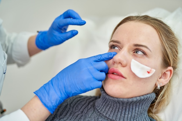 Kosmetische botox-injektion im weiblichen gesicht