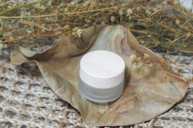 Kosmetische flasche container creme produkt mit gewebten handtaschen.