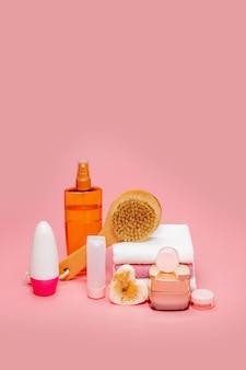 Kosmetische flaschen mit kosmetika für die körperpflege. zubehör für bad, handtuch und bio-trockenshampoo für die persönliche hygiene. tägliches körperpflegekonzept, bio-badeprodukte.