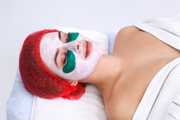 Kosmetische gesichtsmaske aus silikon. pflegende, verjüngende maske unter den augen. gesichtspflege.