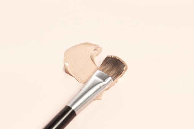 Kosmetische grundierungscreme und puder mit pinsel