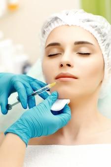 Kosmetische injektion in die lippen. nahaufnahme porträt