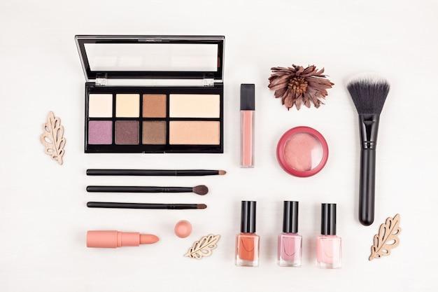 Kosmetische make-up-produkte, flache lage, ansicht von oben.