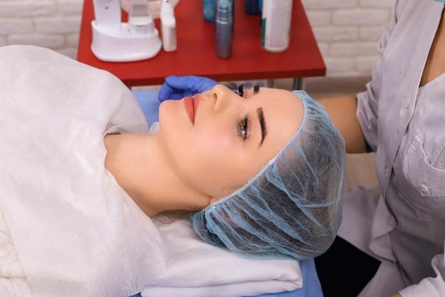 Kosmetische massage, gesichtsbehandlung.