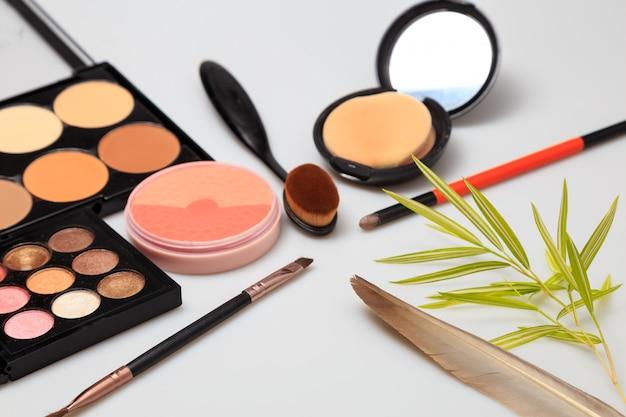 Kosmetische produkte auf weißem hintergrund