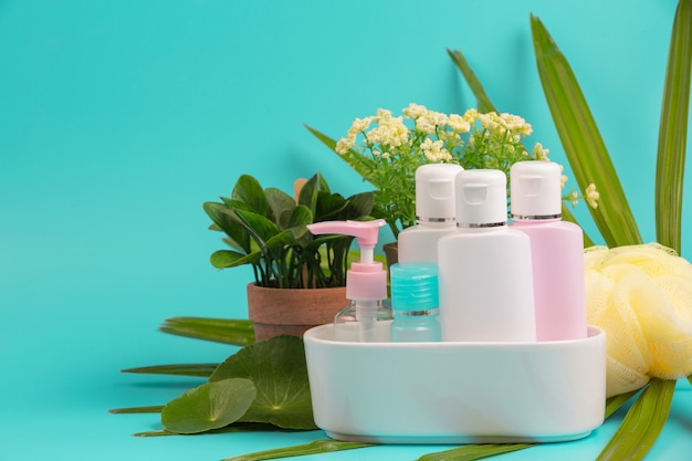 Kosmetische produkte der frauen platziert auf ein blau.