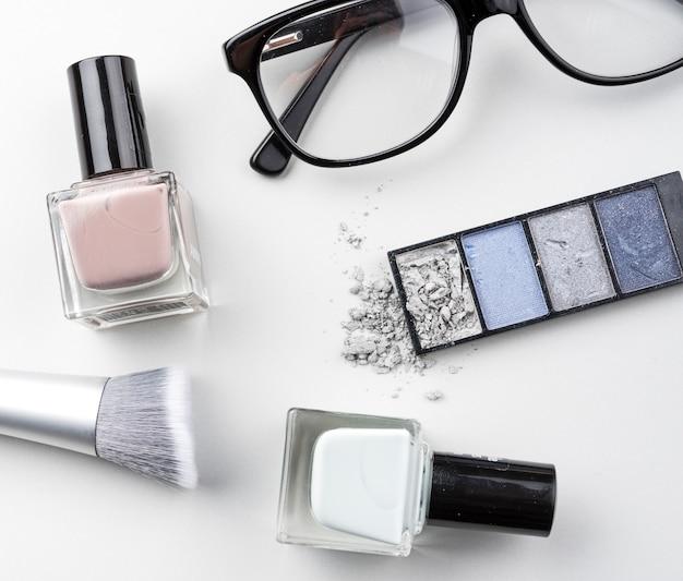 Kosmetische produkte mit brille flach zu legen