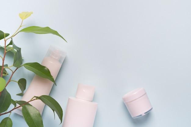 Kosmetische produkte und grüne blätter. konzept naturkosmetik, schönheit, hautpflege