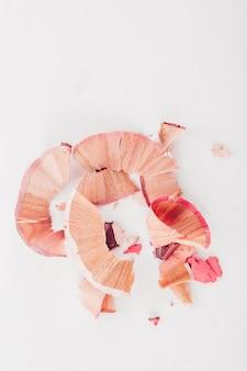 Kosmetische rosa bleistiftschnitzel auf weiß