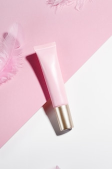 Kosmetische rosa rohr und feder draufsicht zusammensetzung.