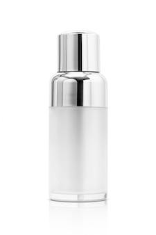 Kosmetische serumflasche mit der silbernen abdeckung lokalisiert
