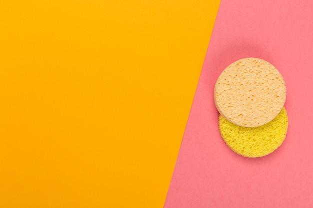 Kosmetischer bimsstein auf einem hellen zweifarbigen hintergrund, draufsicht