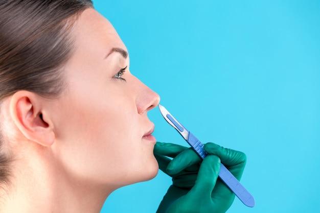 Kosmetischer chirurg, der klientin im büro untersucht.