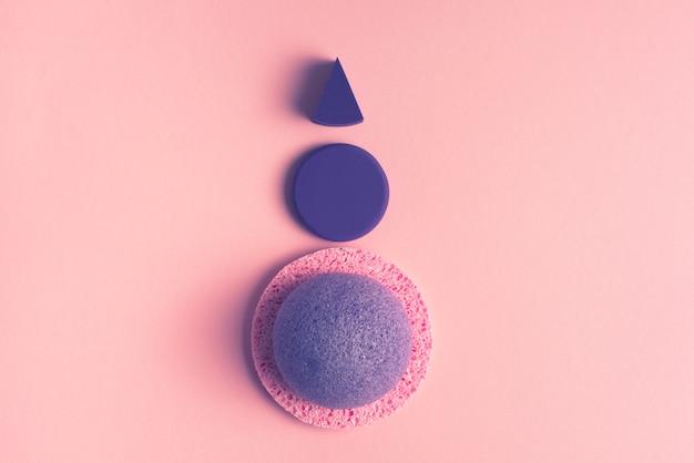 Kosmetischer schwamm für das gesicht auf einem rosa hintergrund