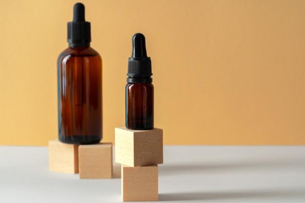 Kosmetisches aromatisches spaöl in brauner glasflasche