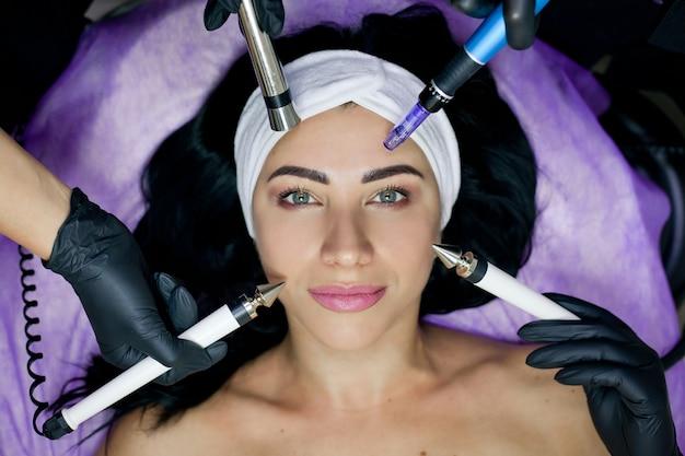 Kosmetisches bild der hände mehrerer kosmetikerinnen