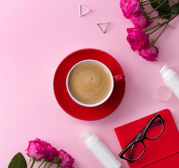 Kosmetisches hautpflegeprodukt, notizbuch, kaffee und blumen auf rosa