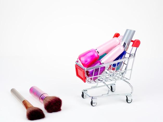 Kosmetisches kaufendes on-line-konzept auf dem weißen hintergrund