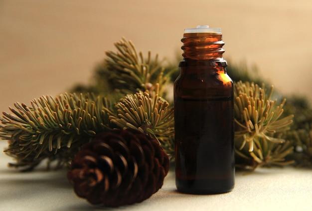 Kosmetisches natürliches ätherisches tannenöl für die gesichts- und körperpflege