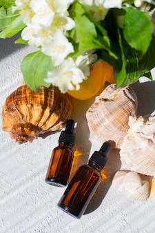 Kosmetisches öl und muscheln. ein behälter für kosmetisches öl. kosmetologie. hautpflege. muschel.