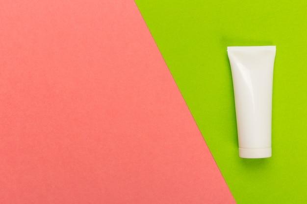 Kosmetisches produkt auf einem hellen zweifarbigen