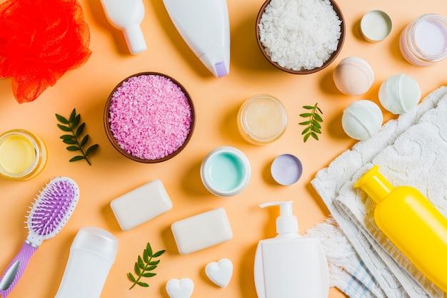 Kosmetisches produkt der natürlichen skincare auf einem orange hintergrund