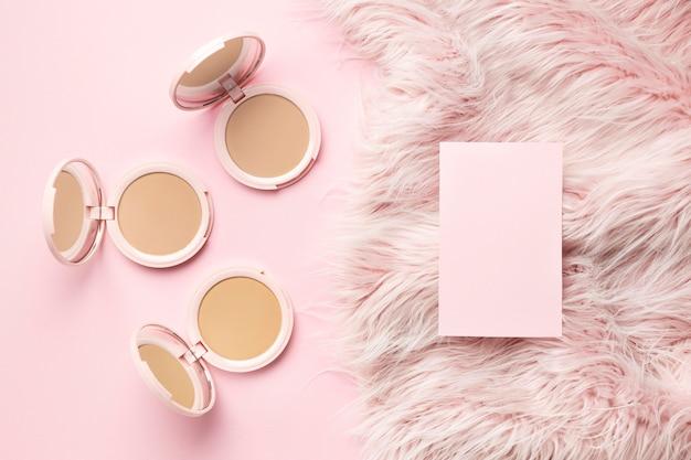 Kosmetisches produkt mit rosa pelzigem hintergrund