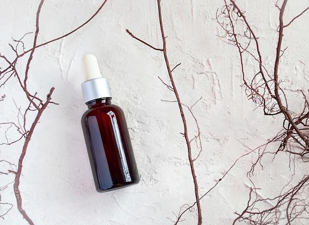 Kosmetisches produktplakat. glas kosmetikflasche. feuchtigkeitscreme oder flüssigkeit. feuchtigkeitsspendendes serum, vitamin für die gesichtshaut. konzept der naturkosmetik, natürliches ätherisches öl