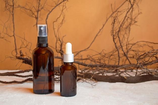 Kosmetisches produktplakat. kosmetikflaschen aus glas. feuchtigkeitscreme oder flüssigkeit. feuchtigkeitsspendendes serum, vitamin für die gesichtshaut
