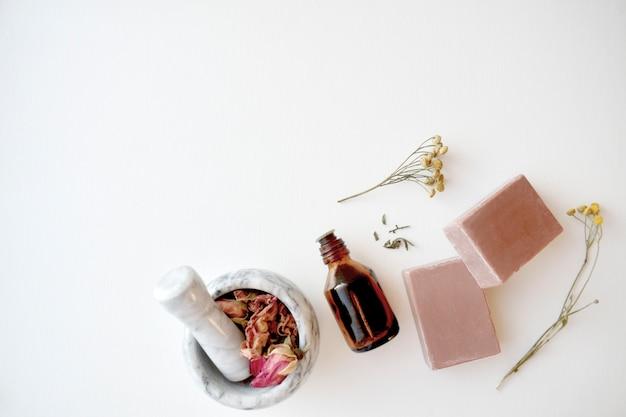 Kosmetisches schönheitsprodukt. alternative kosmetik, natürliche inhaltsstoffe. hausgemacht. modernes hautpflege-layout, draufsicht. speicherplatz kopieren.