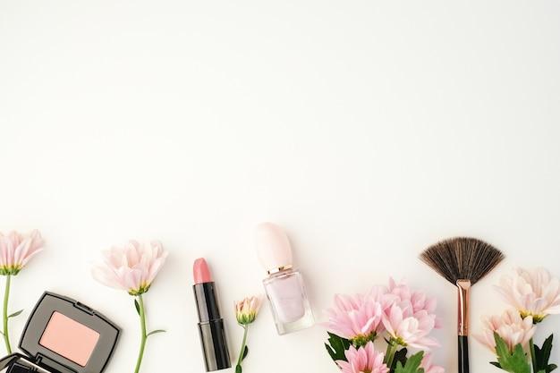 Kosmetisches schönheitsprodukt mit natürlichen inhaltsstoffen und blüten.