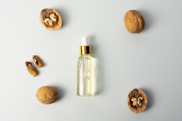 Kosmetisches und medizinisches walnussöl. walnuss kosmetisches feuchtigkeitsspendendes serum. das konzept der natürlichen inhaltsstoffe in der kosmetik