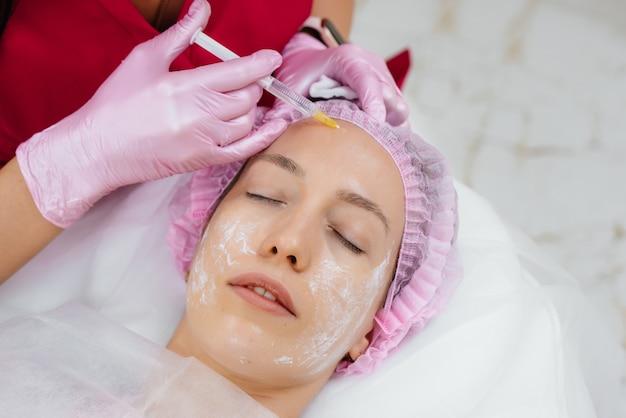 Kosmetisches verfahren zur biologischen revitalisierung und entfernung von falten für schöne frau