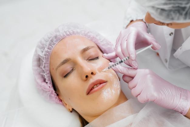 Kosmetisches verfahren zur biorevitalisierung und entfernung von falten für ein junges schönes mädchen