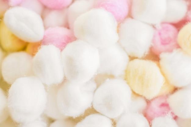 Kosmetologie-branding- und sauberkeitskonzept organische wattebällchen hintergrund für morgendliche routine sp ...