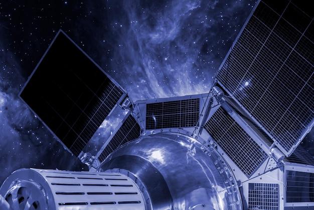 Kosmische autostation im weltraum. galaxieansicht b. elemente dieses von der nasa bereitgestellten bildes