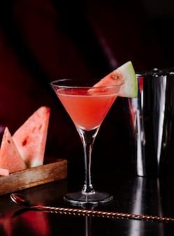 Kosmopolitischer sirup der roten wassermelone und fruchtscheiben.
