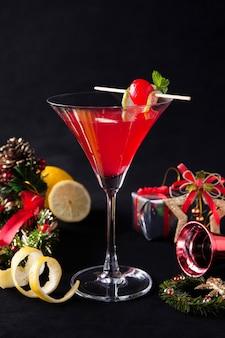Kosmopolitischer weihnachtscocktail, weihnachtsfeiercocktail