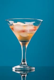 Kosmopolitisches cocktailgetränk auf blauem hintergrund.